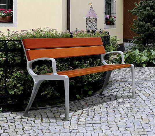 Sitzbank BASIC mit Rückenlehne und Armlehnen, mit Doukaholzbelattung, Stahlteile in RAL 9002 grauweiß