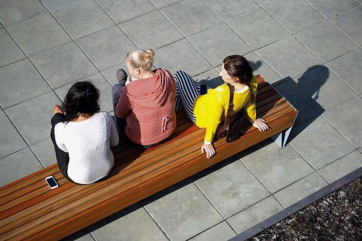 Sitzbank BLOCQ ohne Rückenlehne, mit Jatobaholzbelattung, Stahlteile in RAL 9007 graualuminium
