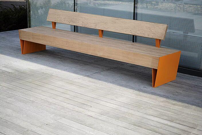 Sitzbank BLOCQ mit Rückenlehne, mit Jatobaholzbelattung, Stahlteile in RAL 2004 reinorange