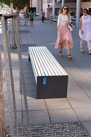 Sitzbank BLOCQ mit USB-Anschluss (Zubehör), ohne Rückenlehne, mit Kiefernholzbelattung lackiert in park white, Stahlteile in RAL 7016 anthrazitgrau