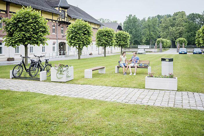 Kollektion BRNO bestehend aus Sitzbank, Abfallbehälter, Fahrradständer und Pflanzbehälter