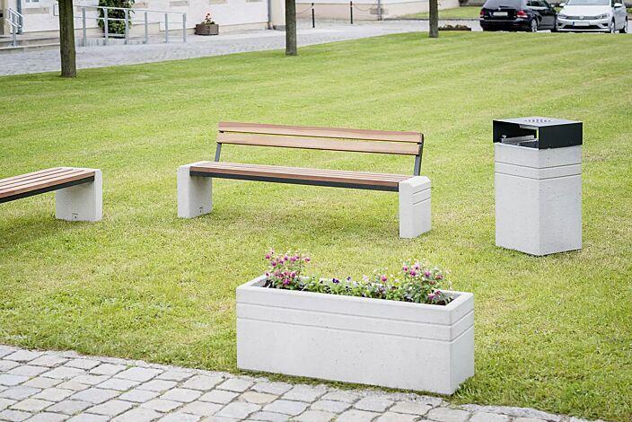 Sitzbank BRNO mit und ohne Rückenlehne, Stahlteile in RAL 7021 schwarzgrau sowie Abfallbehälter und Pflanzbehälter BRNO