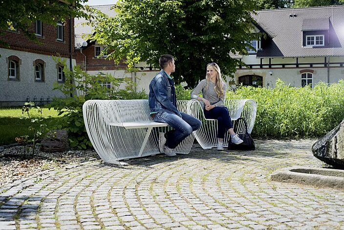 Sitzbank und Sitz BUBBLE aus Edelstahl und zusätzlich lackiert in RAL 9010 reinweiß