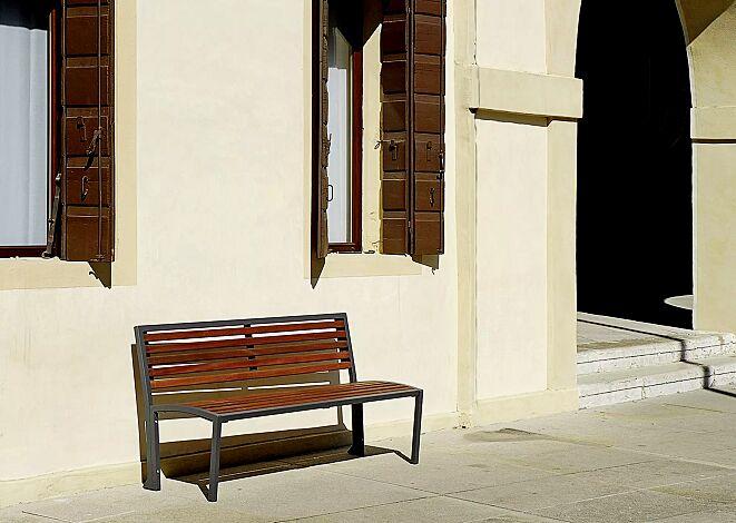 Sitzbank CAMILLA mit Holzbelattung, mit Rückenlehne, Stahlteile in RAL 7016 anthrazitgrau