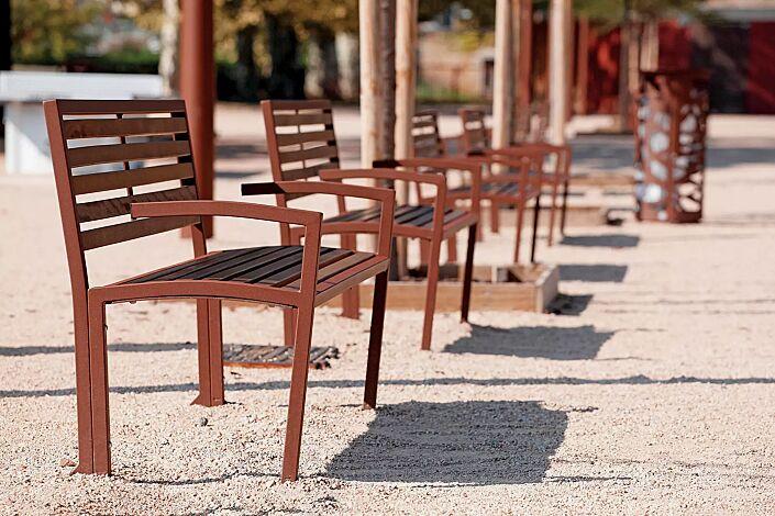 Sitzbank CAMILLA mit Holzbelattung, mit Rückenlehne und Armlehnen, Stahlteile in RAL 8012 rotbraun