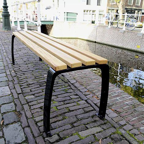 Senioren-Sitzbank CASERTA mit Cumaru-Holzbelattung, Stahlteile in RAL 9005 tiefschwarz