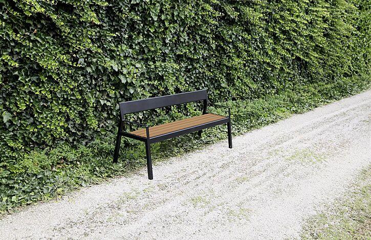 Sitzbank CASTEO mit Rückenlehne und Armlehnen, mit Sapeliholzbelattung, Stahlteile in RAL 9005 tiefschwarz