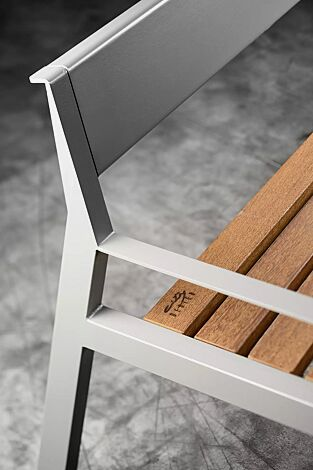 Sitzbank CASTEO mit Rückenlehne und Armlehnen, mit Sapeliholzbelattung, Stahlteile in RAL 9007 graualuminium
