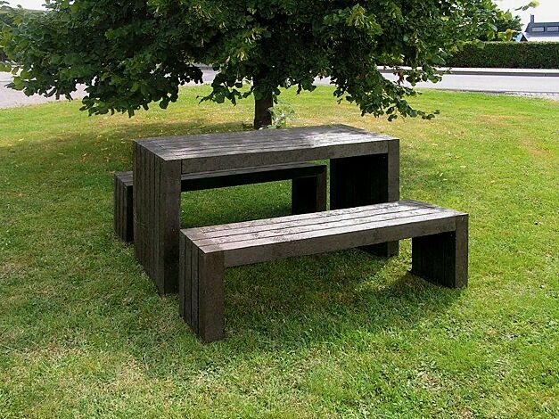 Kombinationsvorschlag: Bank-Tisch-Kombination CERMES aus Recyclingkunststoff in braun, bestehend aus einem Tisch und zwei Sitzbänken