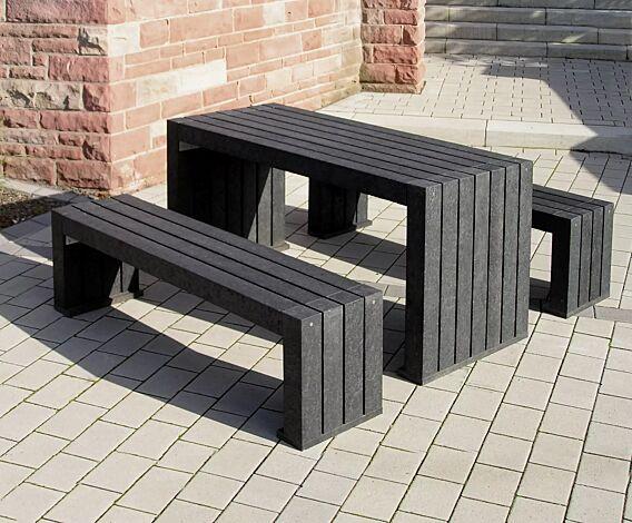 Bank-Tisch-Kombination CERMES aus Recyclingkunststoff in schwarz, bestehend aus einem Tisch und zwei Sitzbänken