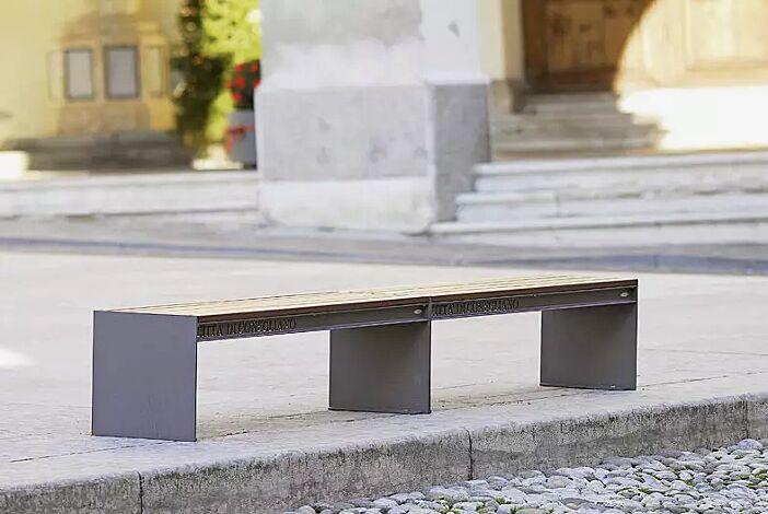 Sitzbank CIMA ohne Rückenlehne (2 Stück), mit Sapeliholzbelattung, Stahlteile in eisenglimmergrau, mit Laserschriftzug (Mehrpreis)