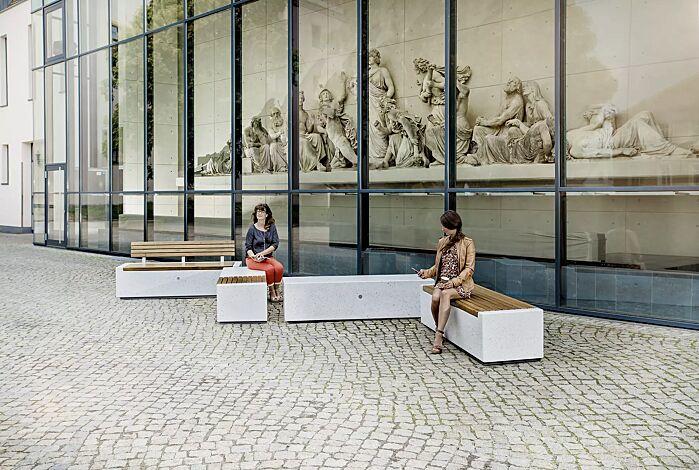 Sitzbänke DEMETRA mit und ohne Rückenlehne, aus Beton, teilweise mit Okouméholzbelattung, in Granitoptik weiß