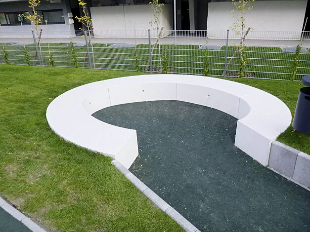 Sitzbank DEMETRA CURVED und CURVED SMALL aus Beton, in Granitoptik weiß