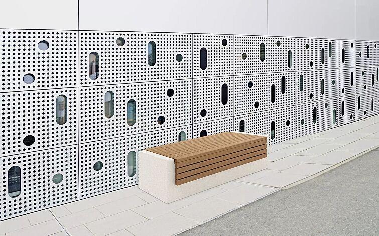 Sitzbank DEMETRA ohne Rückenlehne, aus Beton, mit umlaufender Okouméholzbelattung, in Granitoptik weiß