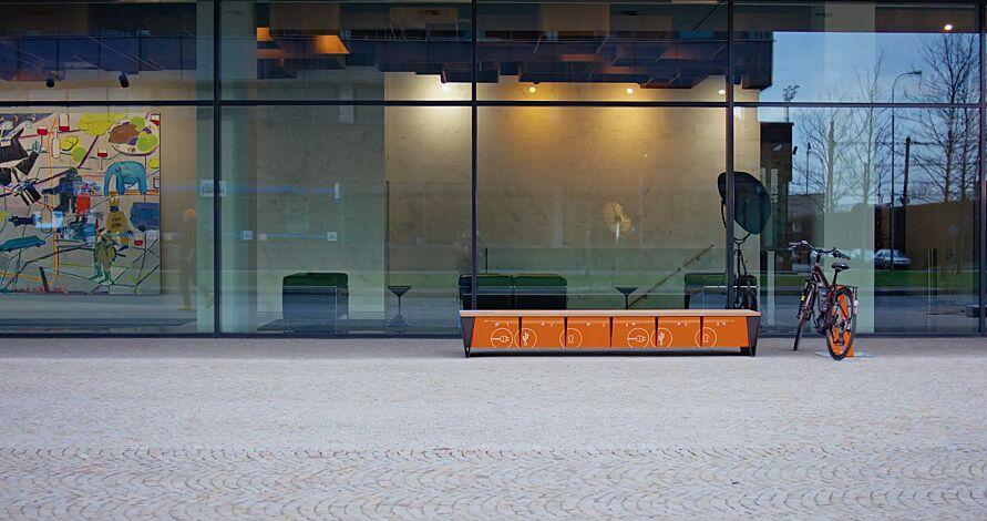 """<div id=""""container"""" class=""""container"""">Sitzbank EBLOCQ mit Robinienholzbelattung, mit Zylinderschloss, Stahteile in RAL 7043 verkehrsgrau, Türen in RAL 2004 reinorange</div>"""