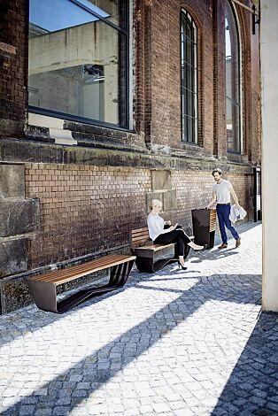 Kollektion KARMA bestehend aus Sitzbank und Abfallbehälter, Stahlteile in RAL 7016 anthrazitgrau