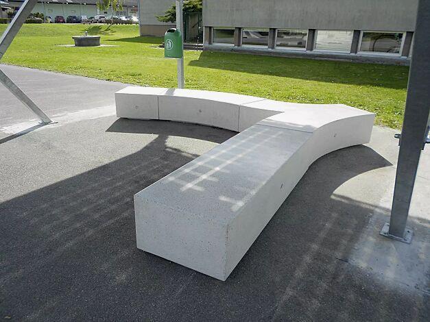 Sitzbank KUBB bestehend aus CROSS KUBB, CURVED KUBB, MONO KUBB und MID KUBB, aus Beton, Sitzfläche geschliffen, in Granitoptik weiß