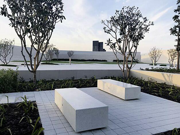 Sitzbank DOUBLE KUBB aus Beton, Sitzfläche geschliffen, in Granitoptik weiß