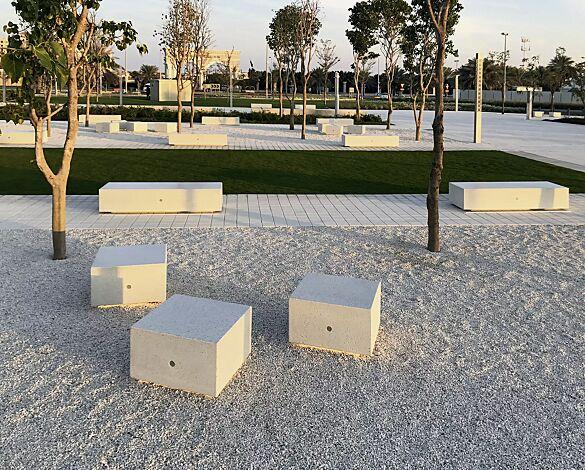 Sitzbank MONO KUBB und MID KUBB aus Beton, Sitzfläche geschliffen, in Granitoptik weiß
