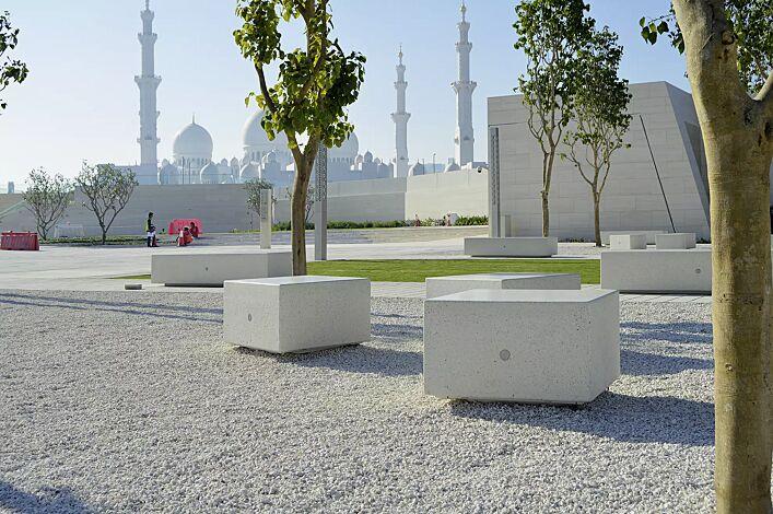 Sitzbank MONO KUBB und DOUBLE KUBB aus Beton, Sitzfläche geschliffen, in Granitoptik weiß
