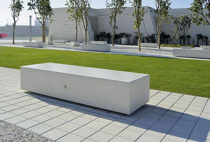 Sitzbank DOUBLE KUBB und MONO KUBB aus Beton, Sitzfläche geschliffen, in Granitoptik weiß