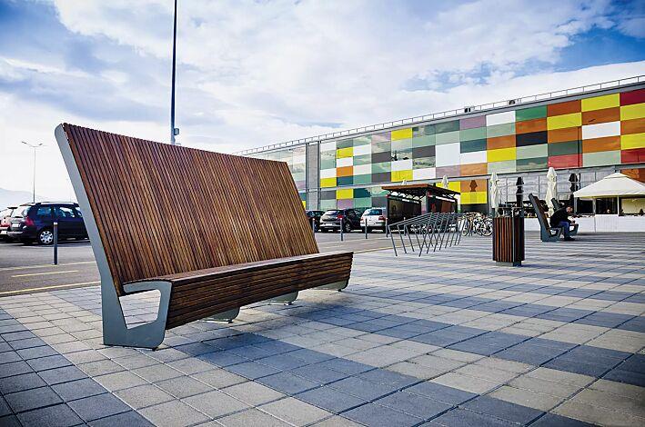 Sitzbank LANDSCAPE mit Rückenlehne, mit Jatobaholzbelattung, Stahlteile in RAL 9007 graualuminium und Abfallbehälter DIAGONAL sowie Anlehnbügel EDGETYRE