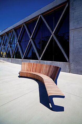 Sitzbank LANDSCAPE COMPACT mit und ohne Rückenlehne, gebogen, Bankform Innenradius, mit Jatobaholzbelattung, Stahlteile in RAL 5002 ultramarinblau