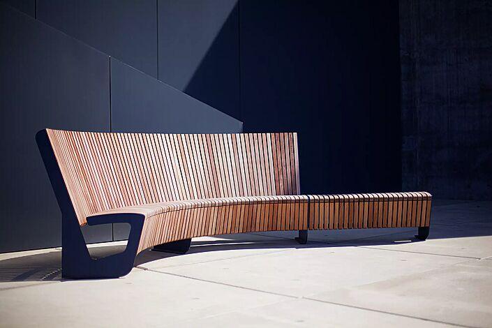 Sitzbank LANDSCAPE COMPACT mit und ohne Rückenlehne, gebogen und gerade, Bankform Innenradius, mit Jatobaholzbelattung, Stahlteile in RAL 5002 ultramarinblau