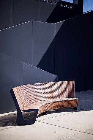 Sitzbank LANDSCAPE COMPACT mit Rückenlehne, gebogen, Bankform Innenradius, mit Jatobaholzbelattung, Stahlteile in RAL 5002 ultramarinblau