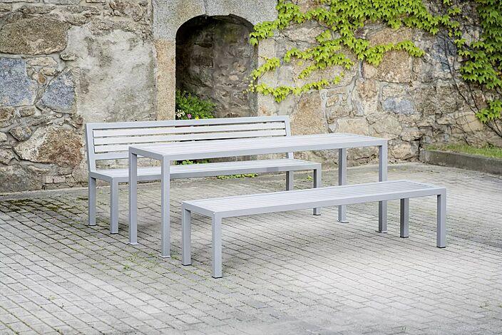 Sitzbank LIGURIA mit und ohne Rückenlehne, zum freien Aufstellen, mit Edelstahlauflage, Stahlgestell in RAL 9007 graualuminium sowie Tisch LIGURIA