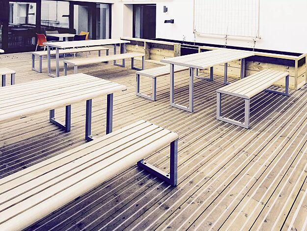 Sitzbank MANTUA ohne Rückenlehne und Tisch MANTUA, Aluminium in natürlichem Eschenholzoptik-Effekt, Stahlteile in eisenglimmergrau