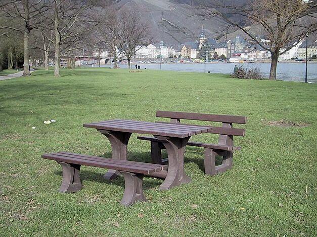 Kombinationsvorschlag: Bank-Tisch-Kombination MATERA bestehend aus Sitzbank mit Rückenlehne, Sitzbank ohne Rückenlehne und Tisch aus Recycling-Kunststoff in braun, Länge 2000 mm