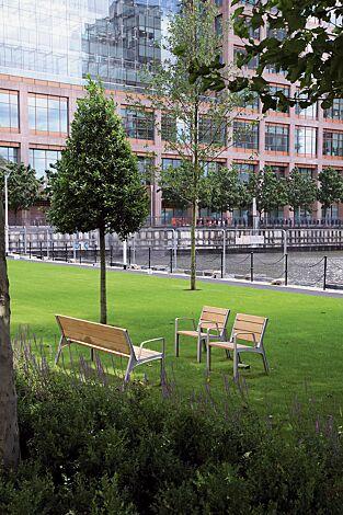 Sitz und Sitzbank MIELA mit Rückenlehne und Armlehnen, mit Robinienholzbelattung