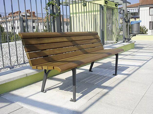 Sitzbank MONET mit Holzbelattung, mit Rückenlehne, Stahlteile in RAL 7016 anthrazitgrau