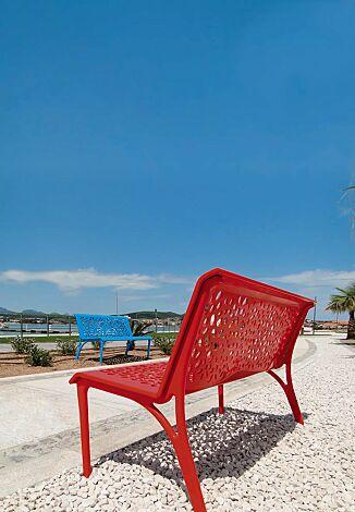 Sitzbank MONET mit Rückenlehne, aus Aluminumguss, in RAL 5010 enzianblau und RAL 3000 feuerrot
