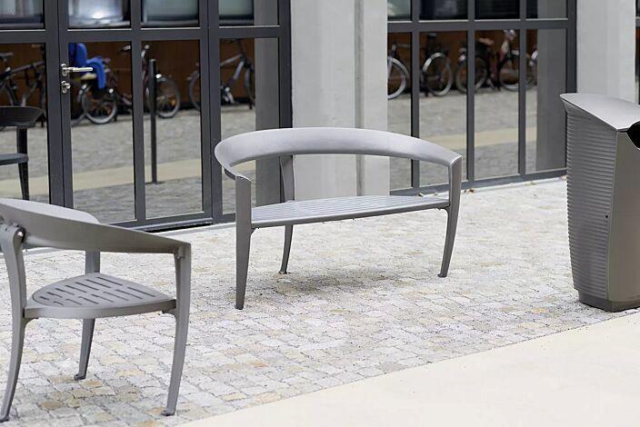 Kollektion NASTRA bestehend aus Sitzbank, Sitz und Abfallbehälter