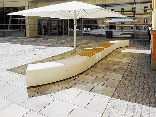Sitzbank ONDA aus Beton, gebogen und Sitzbank ONDA aus Beton, mit Kiefernholzauflage, Sitzfläche sandgestrahlt, in Granitoptik weiß