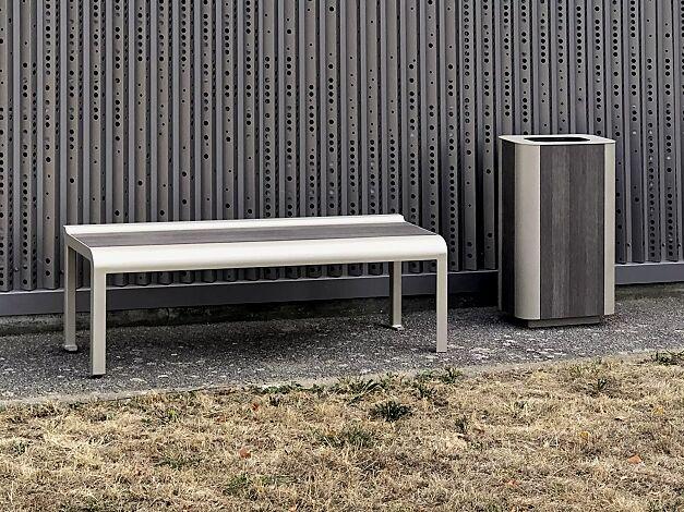 """<div id=""""container"""" class=""""container"""">Sitzbank und Abfallbehälter PAOSA, Stahlteile in RAL 7044 seidengrau, Sitzauflage aus grauem Zedernholz</div>"""