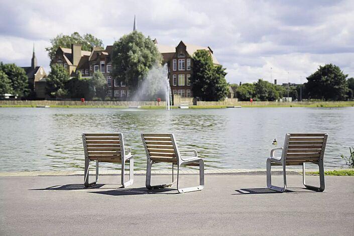 Sitz PORTIQOA mit Rückenlehne, mit und ohne Armlehnen, mit Robinienholzbelattung