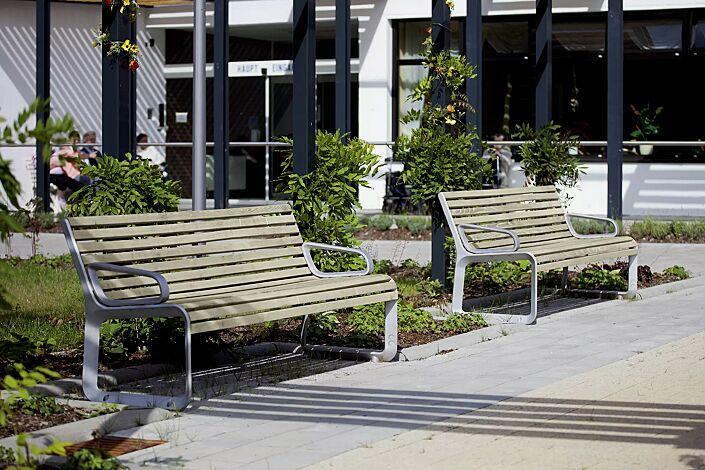 Sitzbank PORTIQOA mit Rückenlehne und Armlehnen, mit Robinienholzbelattung