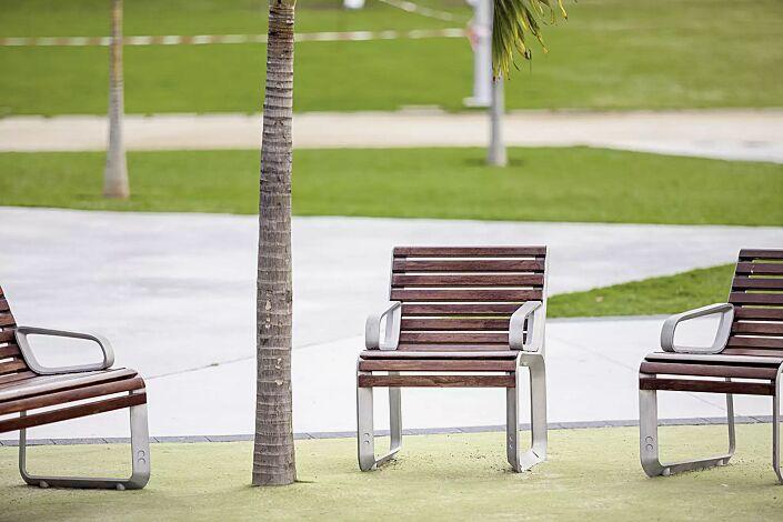Sitzbank PORTIQOA mit Rückenlehne und Armlehnen, mit Jatobaholzbelattung