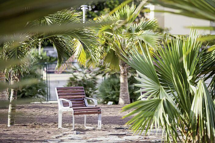 Sitz PORTIQOA mit Rückenlehne und Armlehnen, mit Jatobaholzbelattung