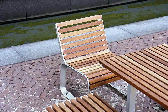 Bank-Tisch-Kombination PORTIQOA bestehend aus einem Tisch, Sitz mit Rückenlehne, Sitzbank ohne Rückenlehne mit Jatobaholzbelattung
