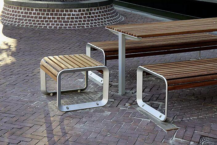 Bank-Tisch-Kombination PORTIQOA bestehend aus einem Tisch, Sitz und Sitzbank ohne Rückenlehne, mit Jatobaholzbelattung