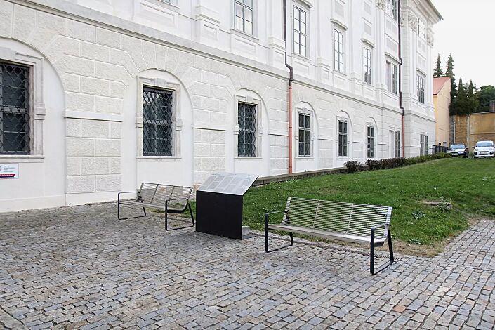 Sitzbank PREVA URBANA mit Rückenlehne und Armlehnen, Stahlteile in RAL 7016 anthrazitgrau