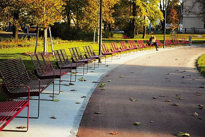 Sitzbank PREVA URBANA mit Rückenlehne und Armlehnen, in RAL 3003 rubinrot
