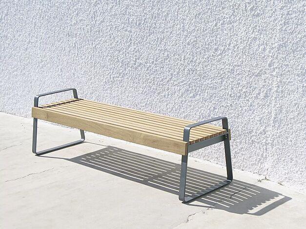 Sitzbank PREVA URBANA ohne Rückenlehne und mit Armlehnen, mit Robinienholzbelattung, Stahlteile in DB 703 eisenglimmer