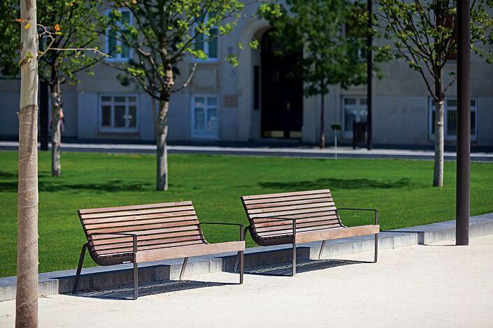 Sitzbank PREVA URBANA mit Rückenlehne und Armlehnen, mit Jatobaholzbelattung, Stahlteile in RAL 9007 graualuminium