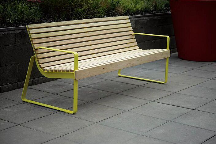 Sitzbank PREVA URBANA mit Rückenlehne und Armlehnen, mit Robinienholzbelattung, Stahlteile in RAL 1021 rapsgelb