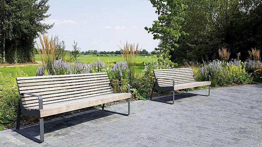 Sitzbank PREVA URBANA mit Rückenlehne und Armlehnen, mit Jatobaholzbelattung, Stahlteile in RAL 7016 anthrazitgrau